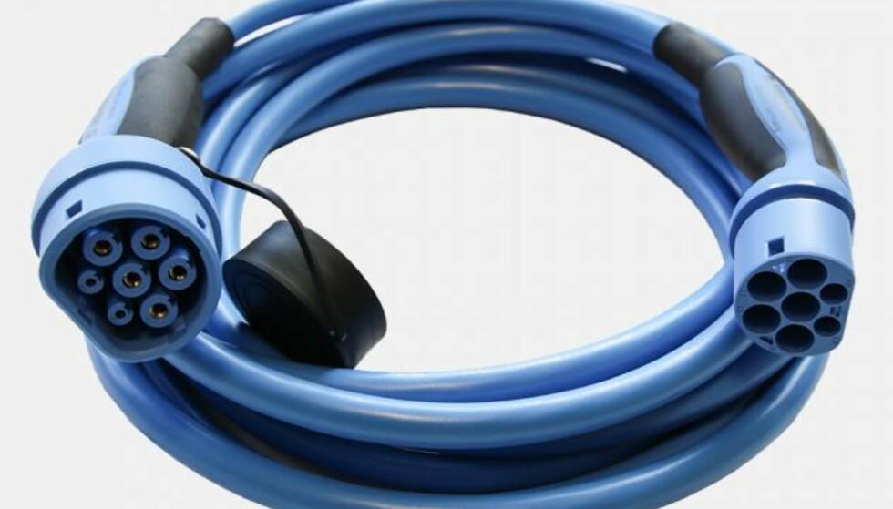 Type 2-kabelen ser slik ut; venstre kontakt passer i bilen og høyre kontakt skal plugges inn i ladeuttaket.