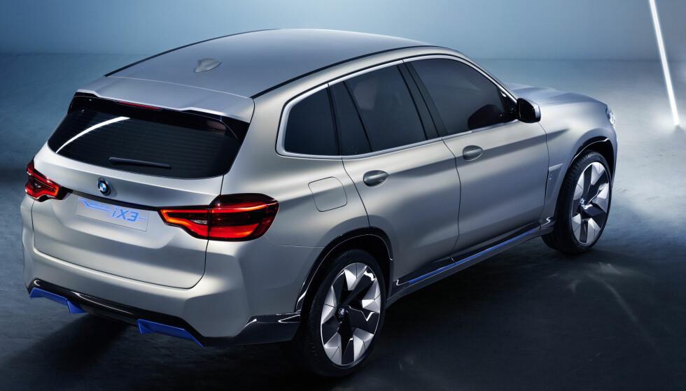 NÆR SLEKTNING: Jo da, iX3 er en nær slektning av nye fossilbilen X3. Tankpåfyllingen er byttet med ladekotakt. Foto: BMW