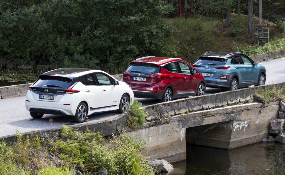 LANG KØ: Kundene står i lang kø for å få tak i en elbil med lang rekkevidde. Nissan er blant de leveringsdyktige med Leaf. Foto: Jamieson Pothecary