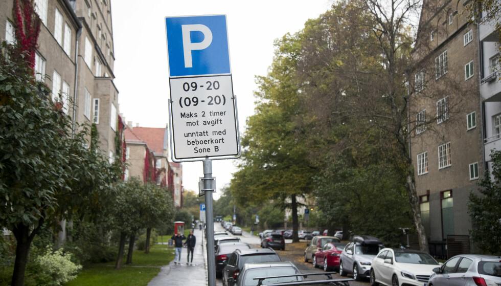 STORTINGSVEDTAK: Nullutslippsbiler skal få minimum 50 prosent billigere parkeringsavgift enn fossilbiler. Foto: NTB Scanpix.