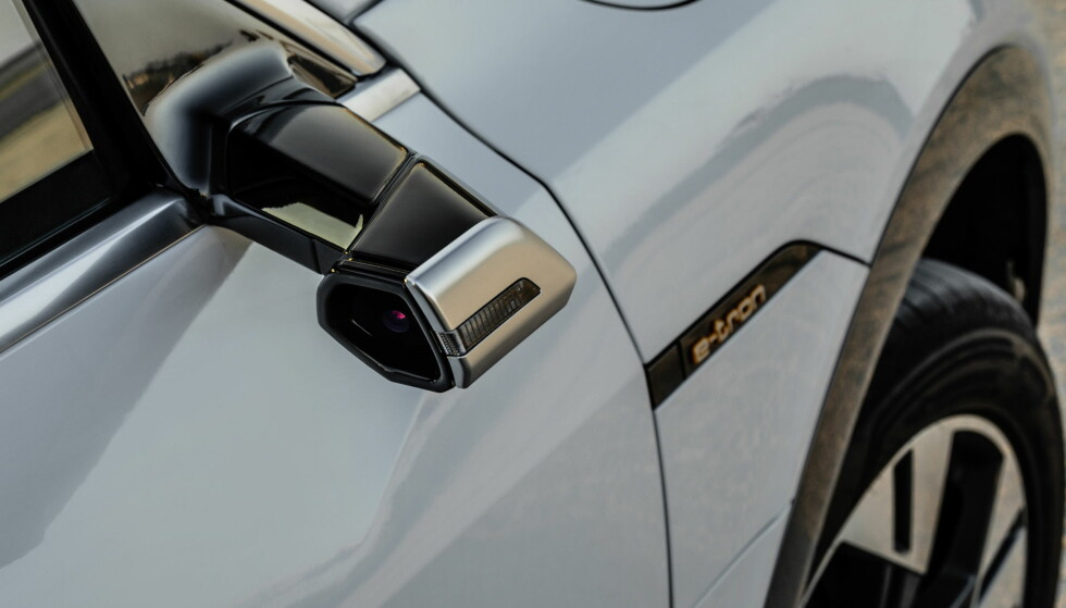 KAMERASPEIL: Med et kamera på utsiden, og skjerm på innsiden, har Audi redusert vindsus kraftig. Foto: Tobias Sagmeister