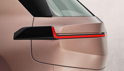ET SIGNAL: BMW gir den nye i-serien helt ny signatur gjennom baklysene. Foto: BMW