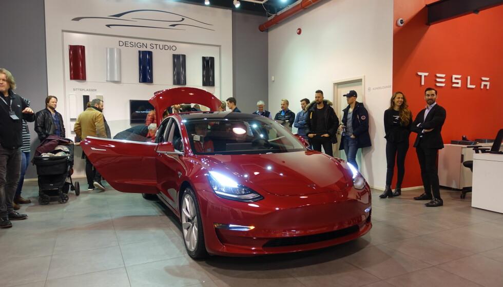 <strong>I SALG:</strong> Nå kan alle konfigurere seg en Tesla Model 3, og leveringstiden er visstnok ikke lang. Foto: Fred Magne Skillebæk