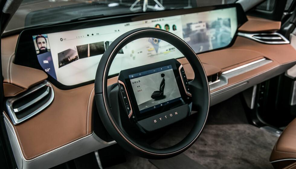 SED: Det store displayet kan vise blant annet navigasjonsinfor og multimedia. Foto: Byton.