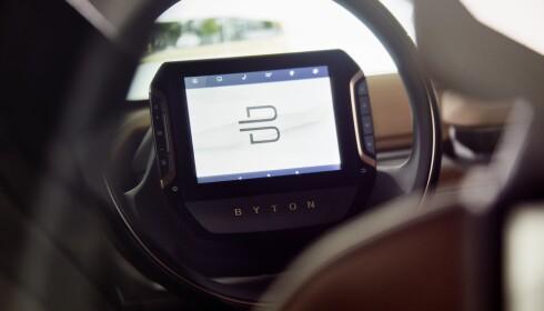 STYRINGSSKJERM: Føreren har en egen skjerm på rattet som kan styre displayet på dashbordet. Foto: Byton.