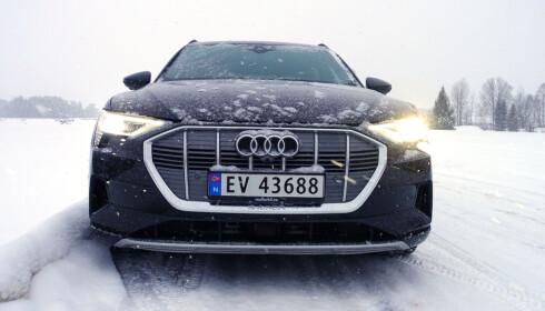 LUFTING: Lammelene i grillen åpner og lukker ettersom bilen har behov for kjøling. Foto: Fred Magne Skillebæk