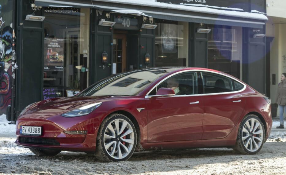 BILLIGERE? Tesla setter ned prisene på Tesla Model 3 i USA, men trolig ikke i Norge. Foto: Jamieson Pothecary