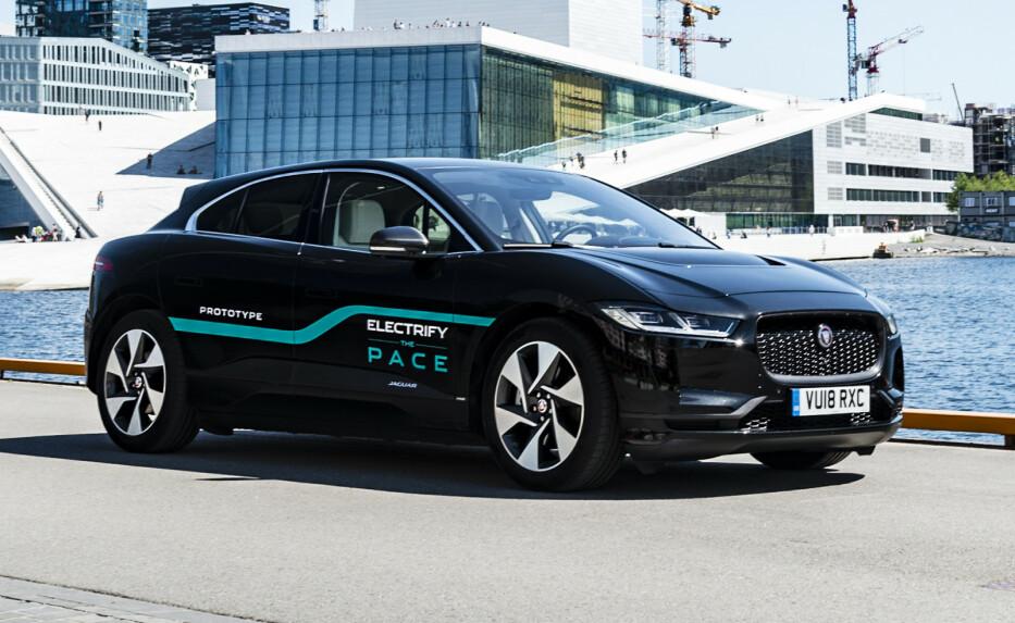 I FINALEN: Jaguar I-Pace kan gå av med seieren i kåringe Car of the Year 2019. Her fra da bilen var på norgesvisitt sommeren 2018. Foto: Jamieson Pothecary.