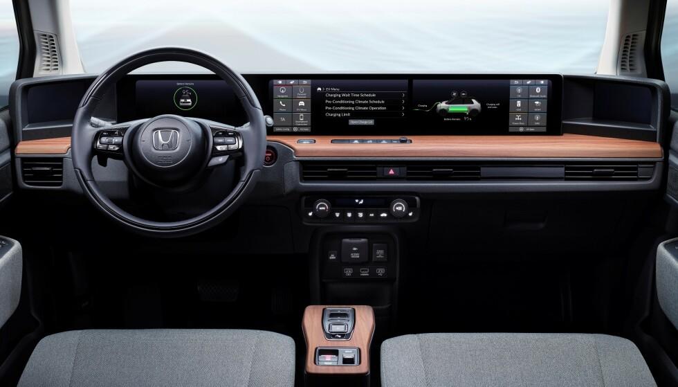 <strong>SKJERMBRETT:</strong> Honda Urban e har fått skjerm over nesten hele dashbordets bredde. Foto: Honda