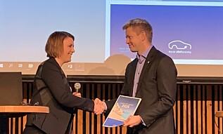 RAPPORT: Christina Bu i Norsk elbilforening overleverte deres rapport til Tommy Skjervold i Samferdselsdepartementet. Foto: Christina Honningsvåg