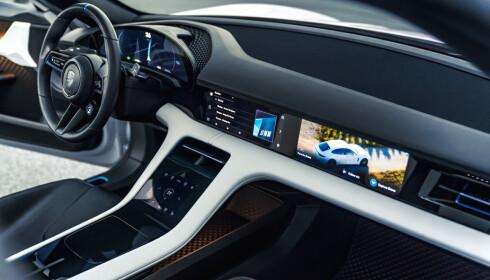 SKJERM: Porsche har integrert skjermen i dashbordet. Foto: Porsche.