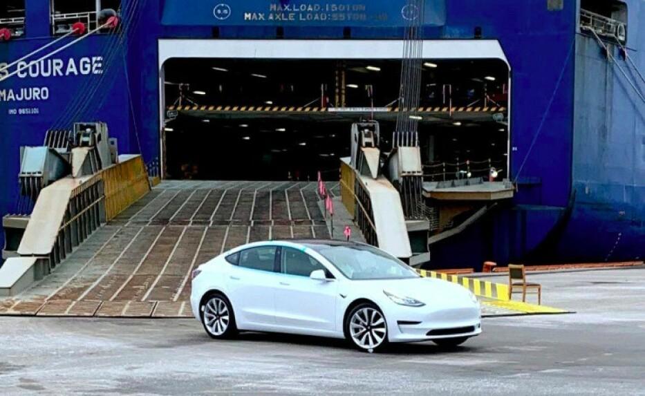 STOR PÅGANG: Flere tusen Tesla Model 3 har kommet med båter, og skal leveres til kunder denne måneden. Dette fører til problemer for selskapets kundeservice. Foto: Ingebjørg Iversen