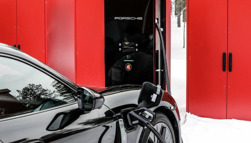 HURTIG: Taycan kan ta imot nok energi til 10 mils kjøring på bare fire minutter. Foto: Ulf Thomas