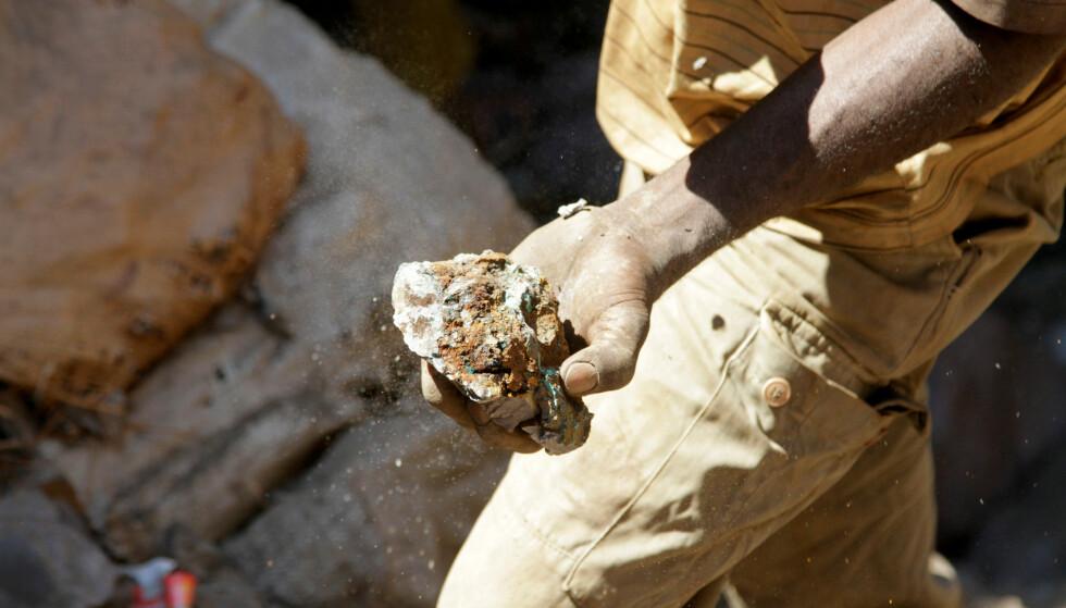KONGO-KOBOLT: BMW stopper kjøp av kobolt utvunnet i gruver i Kongo. Bildet viser en arbeider med en kobolt-stein fra en av landets mange gruver. Foto: Reuters.