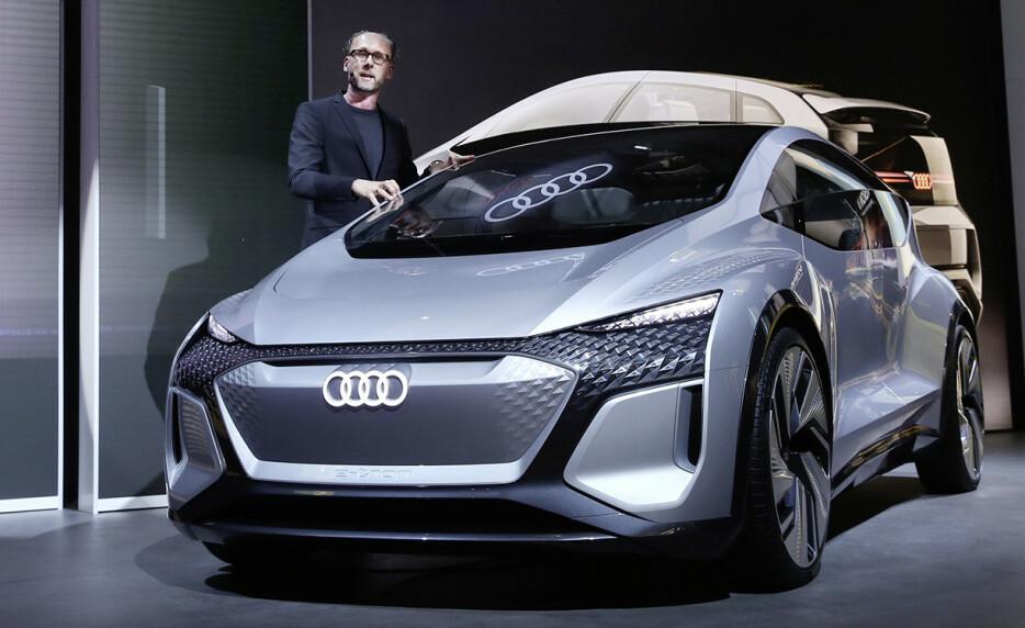 SMÅBIL: Med AI:ME hinter Audi om en ny fullelektrisk småbil. Her vist frem av designer Marc Lichte Foto: Audi