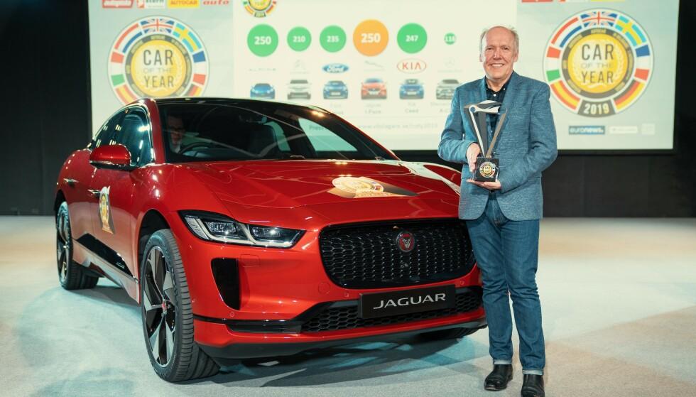 STOLT: Ian Callum kan stolt holde premien for å bli kåret til Årets Bil i Europa i Geneve i mars. Nå har han også tatt tittelen World Car of the Year og World Car design of the Year 2019. Foto: Jaguar