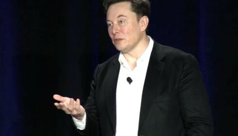 MINDRE BATTERIER: Mangel på celler vil gi mindre batterier i hver bil, forteller Elon Musk. Foto: Youtube