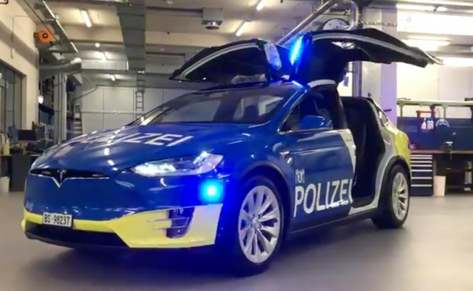 <strong>KLAR FOR TJENESTE:</strong> Politiet i Basel, Sveits, har fått verdens største flåte av politibiler fra Tesla. Foto: Skjermdump Youtube