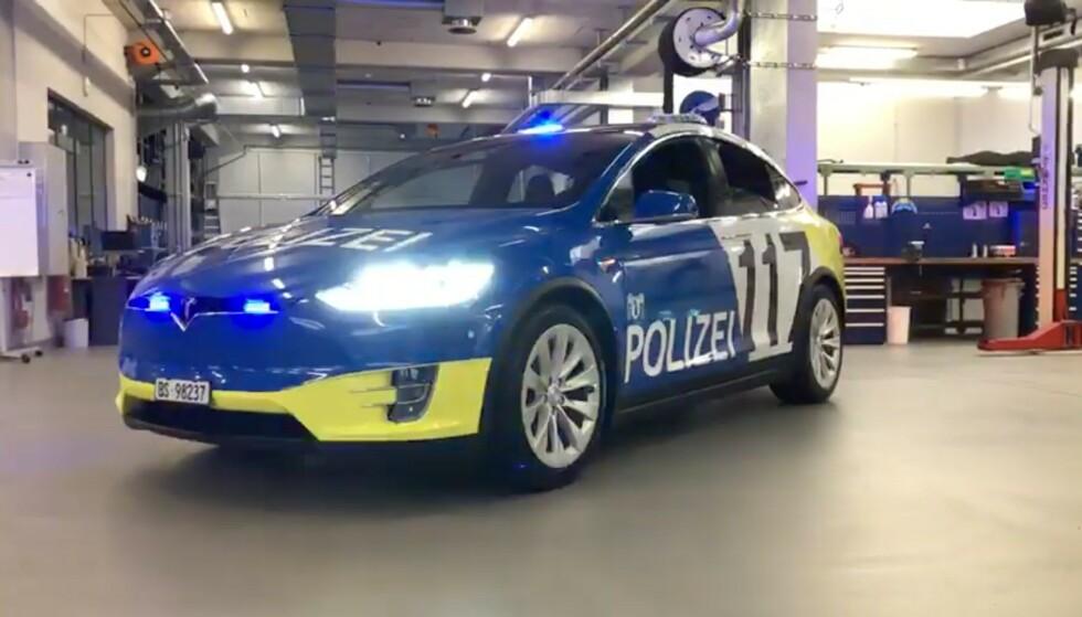 EL-POLITIBIL: Sveitsisk politibil har allerede utvidet bilflåten med flere elektriske biler. Til neste år skal Norge vurdere om de vil følge etter. Foto: Skjermdump, Youtube