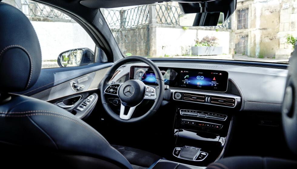 STORSKJERM: Mercedes har gitt EQC den samme store skjermen som i de andre nyere modeller, med 2 x 10,5 tommer. Foto: MB