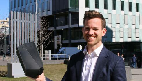 LADE-EKSPERT: Marius Blaker Høgevold er leder for hjemmelading hos Circle K. Her er han med Easee-laderen han anbefaler norske elbilister.