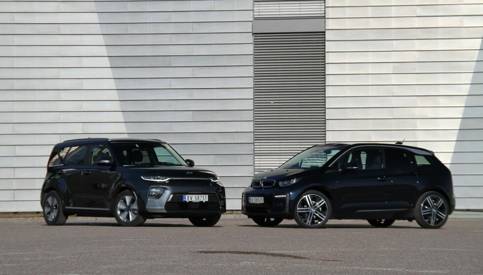 <strong>TO KOMPAKTE:</strong> Kia e-Soul er kommet i ny utførelse, og går i krig med blant annet BMW i3. Foto: Fred Magne Skillebæk