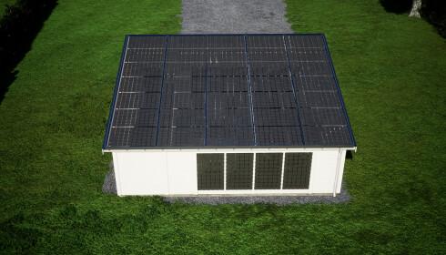 PRODUSERER STRØM: Både tak og vegger er dekket av gjennomsiktige solcellepaneler. Foto: Solarport