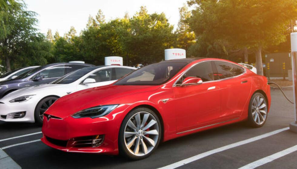 RASKERE: En programvareoppdatering skal la Tesla Model 3 lade raskere. Foto: Tesla
