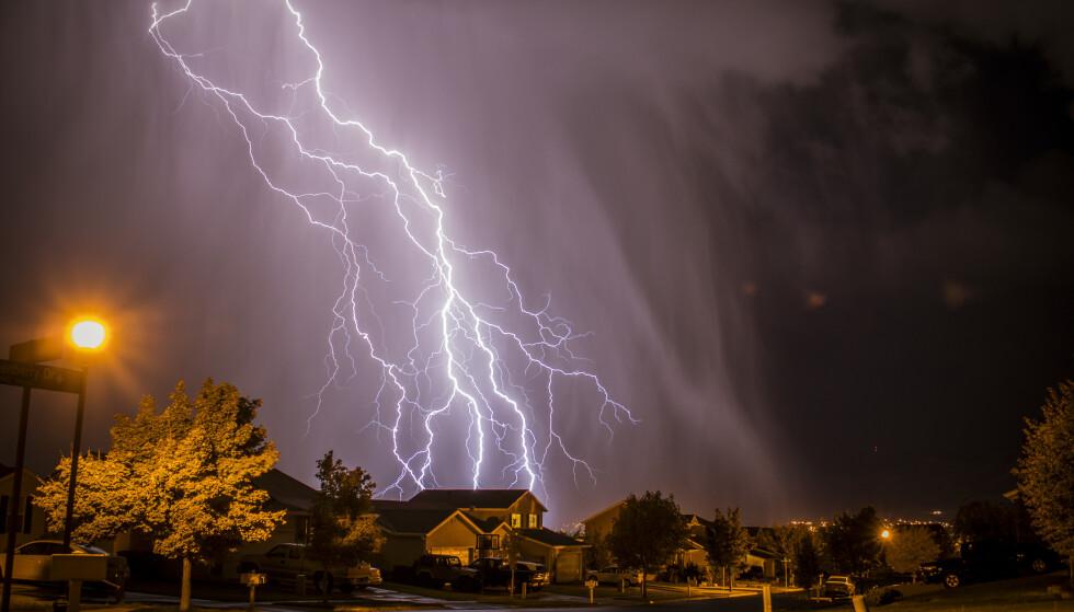 LYN OG LADING: Trekk ut kontakten på elbilen under tordenvær, råder ekspert. Foto: NTB Scanpix