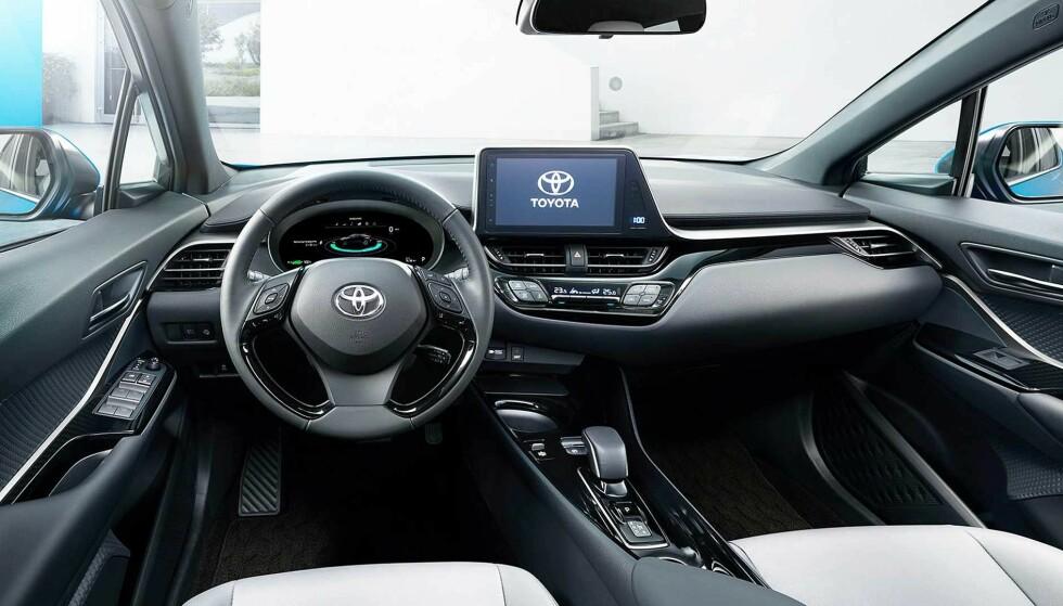 FØRERMILJØET: Også her er det som i en ordinør C-HR, emn instrumentene er tilpasset elbilen. Foto: Toyota