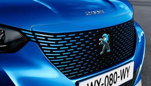 LØVEN: Farget grill og den tofargede løven i front er et av elementene som skille e-2008 fra forbrenningsversjonene. Foto: Peugeot
