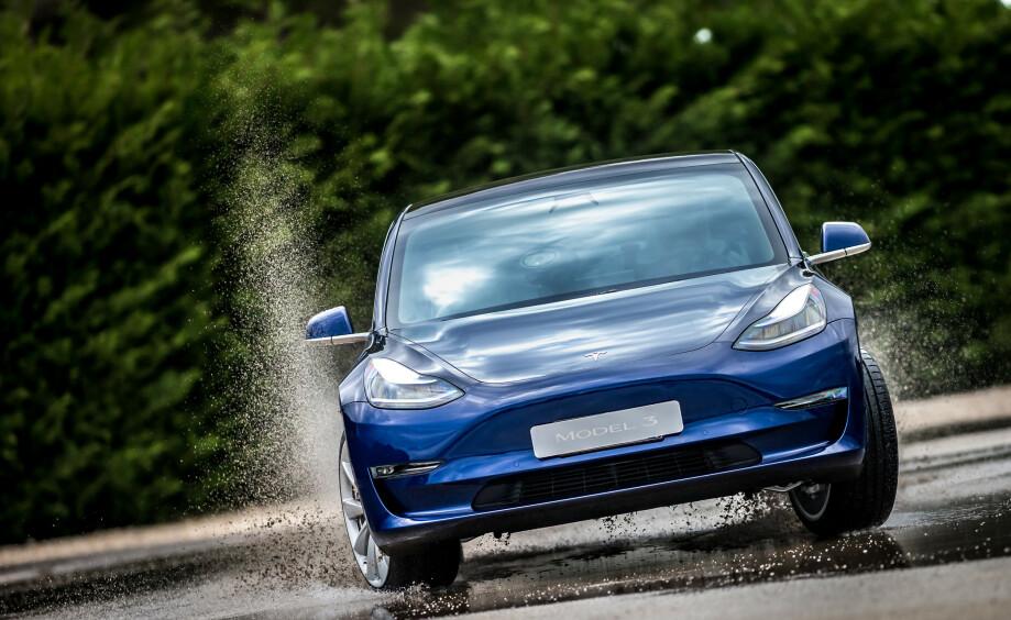 TOPPMÅNED: Tesla Model 3 selger så det spruter, i følge registreringsstatistikken for juni. Foto: Tesla