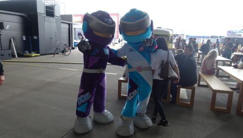 BARNEVENNLIG: Disse to maskotene er en av flere elementer som gjør Formel E underholdende for barn. Foto: Christina Honningsvåg
