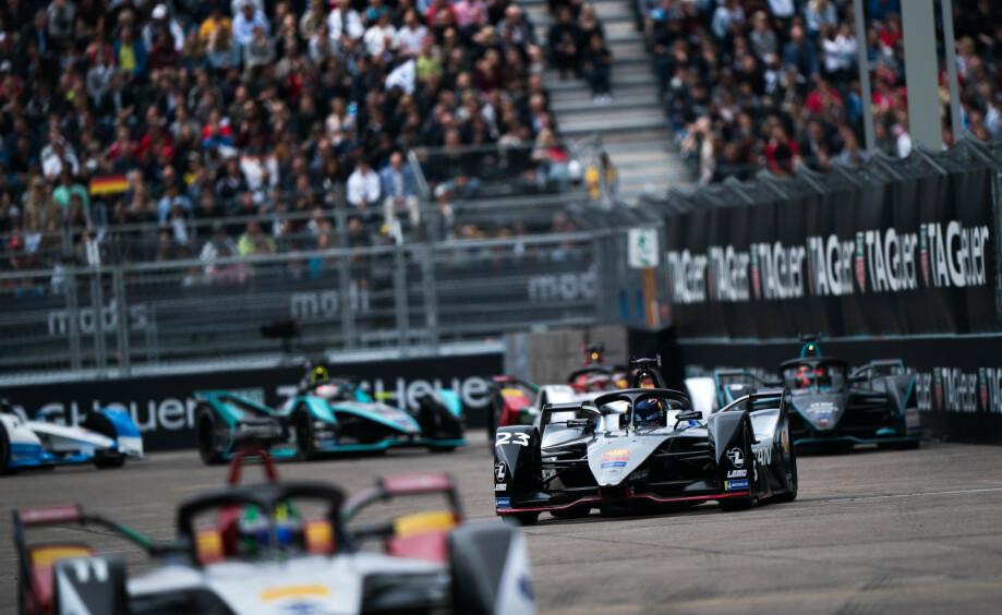FORMEL E: Raske biler, stor spenning, men uten motorlyd. Hvordan er det egentlig å se et Forme E-løp? Foto: Nissan