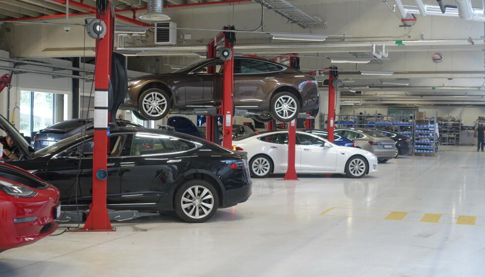 STØRRE KAPASITET: Med sitt nye verksted K100 på Karihaugen, håper Tesla å korte ned på lange ventetider på verkstedtime. Foto: Christina Honningsvåg