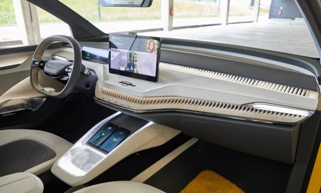 SKJERMFULL: Bilen får to høyt plasserte skjermer, i tillegg til AR-display projisert i frontruta. Det er også gjort plass til to mobiler i midtkonsollen, med trådløs lading.