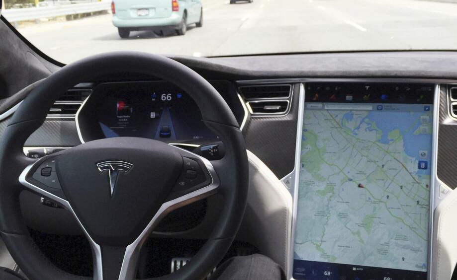 <strong>STREAMING:</strong> I fremtiden kan du bytte ut kartet med favorittserien på Netflix mens du kjører, sier Tesla-sjefen. Foto: NTB Scanpix