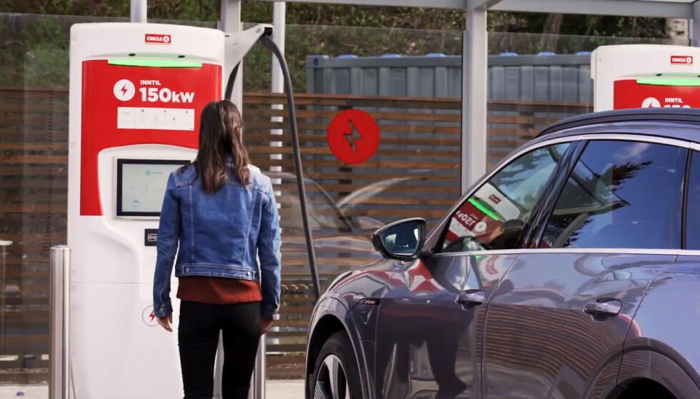 LADER IKKE: Flere biler får ikke ladet på Circle Ks hurtigladere. Problemer med laderen skal være problemet. Foto: Skjermdump Cirkle K