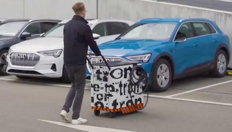 LADETRALLE: En lader på tralle kan komme til et kjøpesenter nær deg i fremtiden. Foto: Skjermdump Audi.