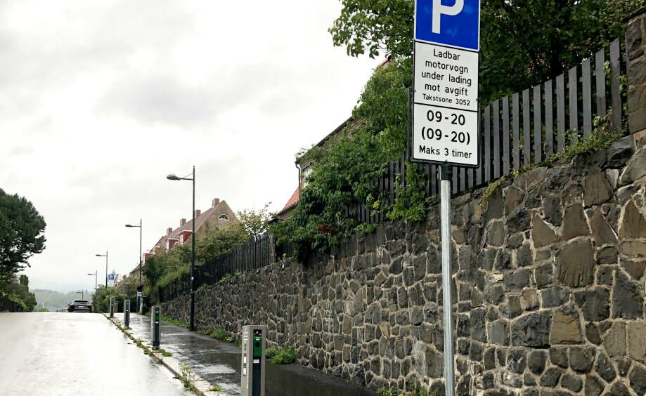 LADESKILT: Nye skilter for lading er så forvirrende at folk ikke tør å bruke plassene. Foto: Jan Thoresen