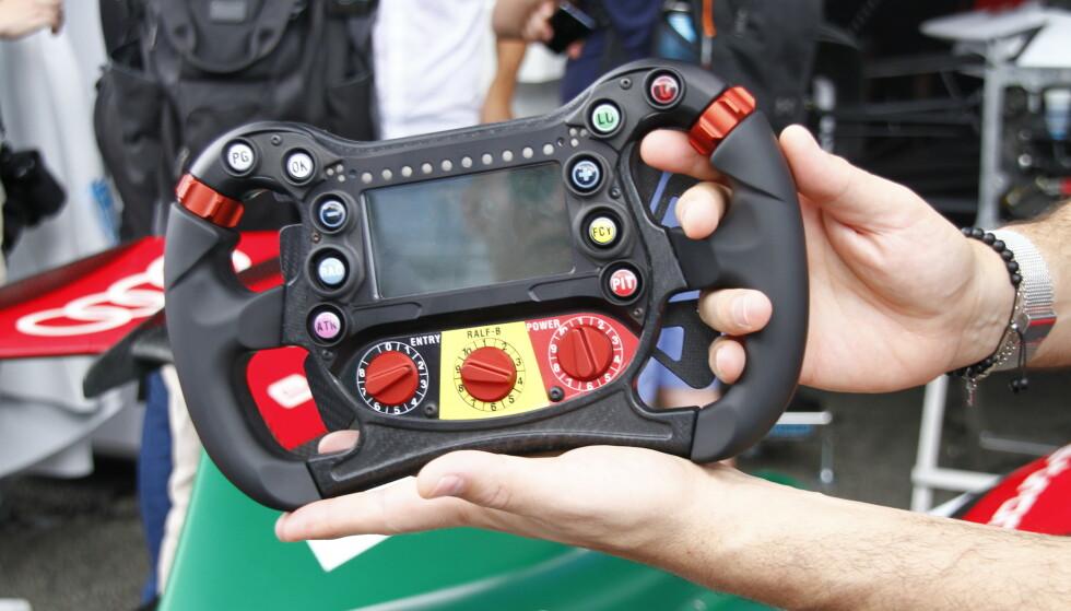 HÅNDARBEID: Dette er arbeidsverktøyet førerne har å holde i under kjøring. Foto: Fred Magne Skillebæk