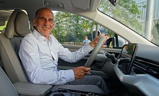 STOLT: Alex Klose er stolt av å kunne vise frem selskapets første bil. Foto: Fred Magne Skillebæk
