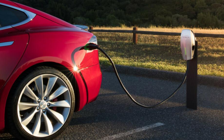 LADEHASTIGHET: Det er flere faktorer som bestemmer hvor raskt du kan lade elbilen din. Her forteller vi det grunnleggende. Foto: Tesla