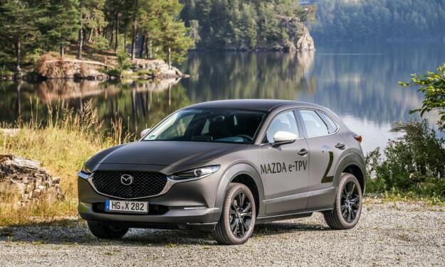 NORGESBESØK: Mazda tok med seg et knipe biler for å vise en håndfull journalister.
