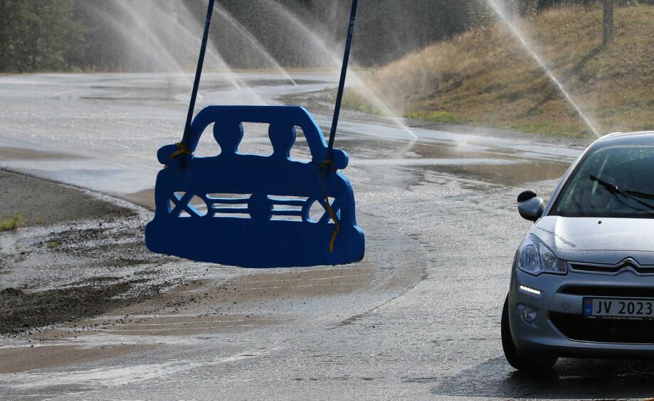 ELBIL PÅ GLATTA: Første lørdagen i september kan man prøve ut elbilen på glatt føre på landets øvingsbaner. Foto: NAF