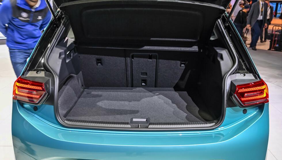 GOD PLASS: Med et bagasjerom på rett under 400 liter, dekker den det som forventes i denne klassen. Foto: Jamieson Pothecary