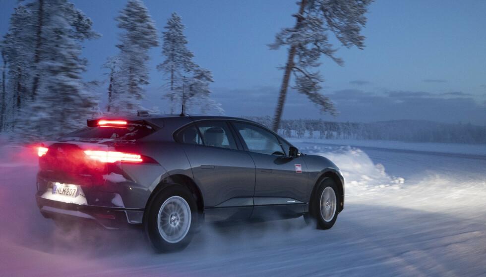 KJØRER LENGER: Jaguar har gjort flere systemer mer effektive, og byr derfor på lengre rekkevidde. Foto: TM