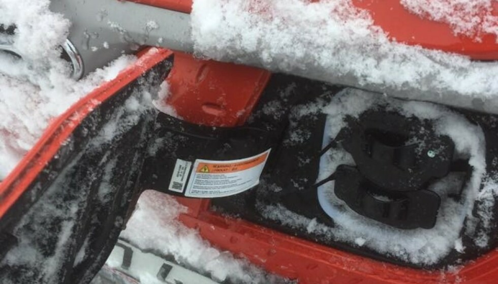 NEDSNØDD: Slik så ladeluken til Hyundai Kona Electric ut etter en kjøretur i snøvær forrige vinter. Nå har produsenten funet løsningen, mener de. Foto: Nicklas Sven Steorn