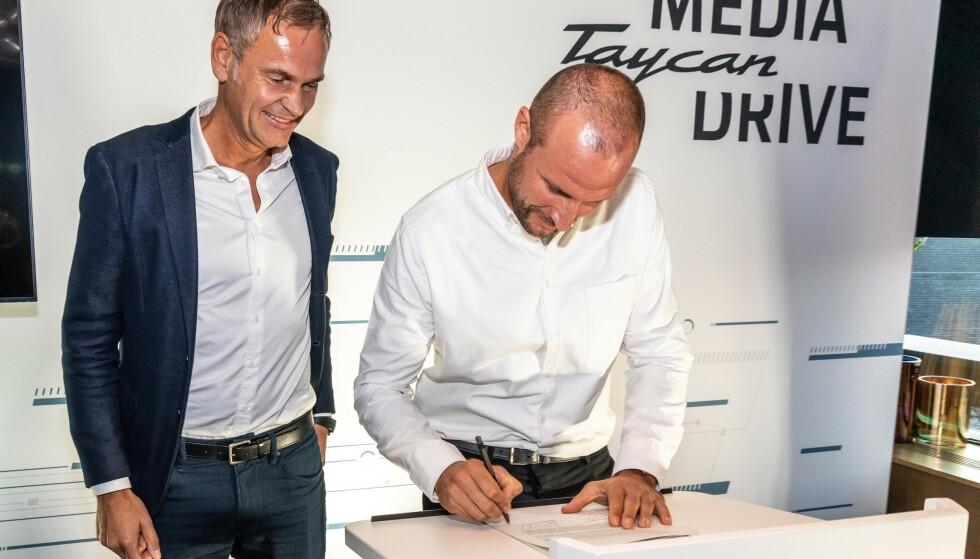 DEAL: Styreformann i Porsche AG, Oliver Blume (t.v.), tok med seg nær hele styret til Oslo for å signere avtalen med Aksel Lund Svindal.