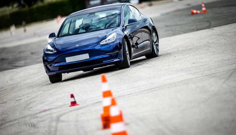 BESTSELGER: Tesla Model 3 er årets mest solgte bil, og vil etter alt å dømme holde denne tronen ut året. Foto: Tesla